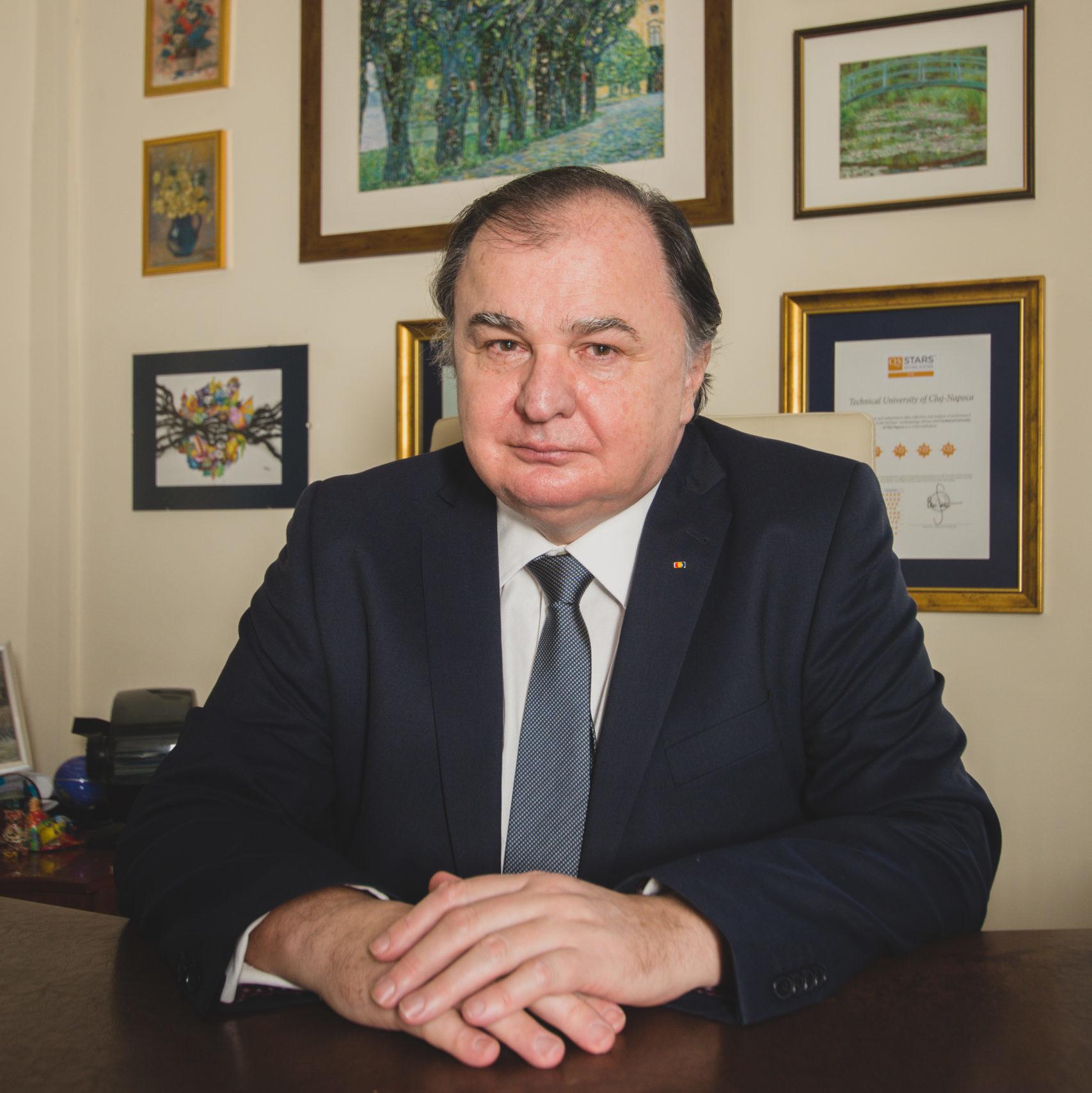 Portret Prog. dr. ing. Vasile Țopa în biroul Rectoratului